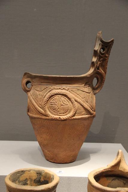 Vaso in terracotta del periodo jōmon con decorazioni in corda. Periodo jōmon strumenti di pietra levigati