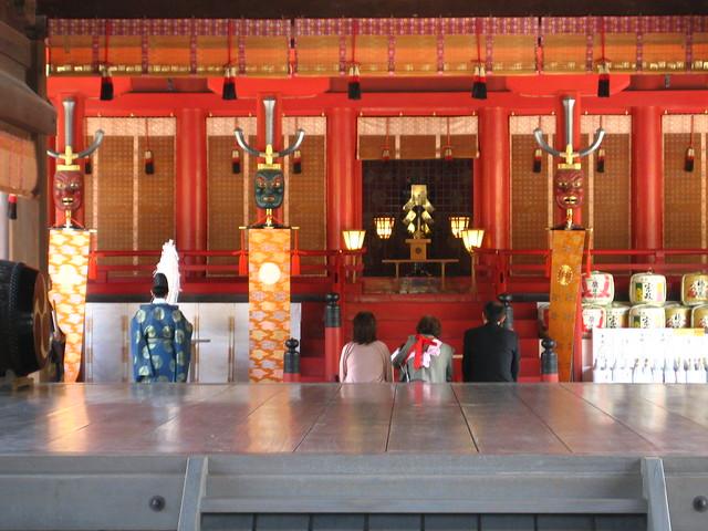 Persone che pregano in un tempio sgintoista.