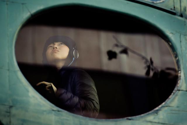 Bambino che ascolta la musica con le cuffie in tenda.