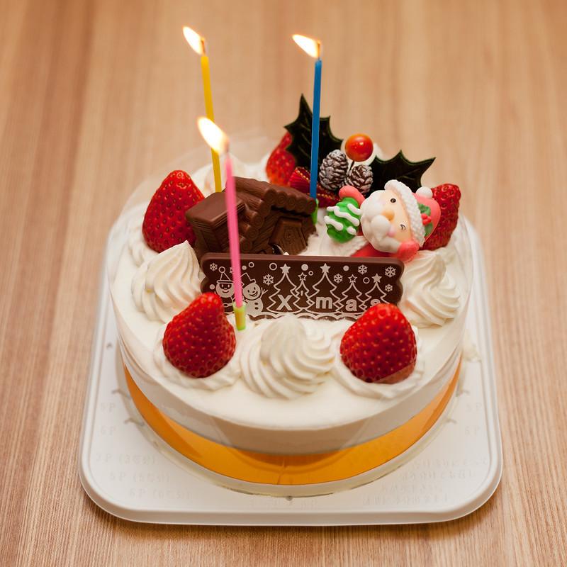 Torta giapponese con fragole, panna, babbo natale.