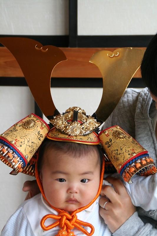 Bambino indossa un elmetto tipico giapponese per la festa dei bambini