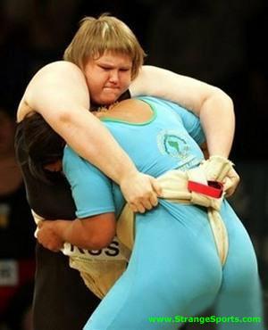 Tim Zim Female Sumo Found at www.strangesports.com  Lottatrici di sumo: quella vestita di nero sovrasta quella vestita di azzurro